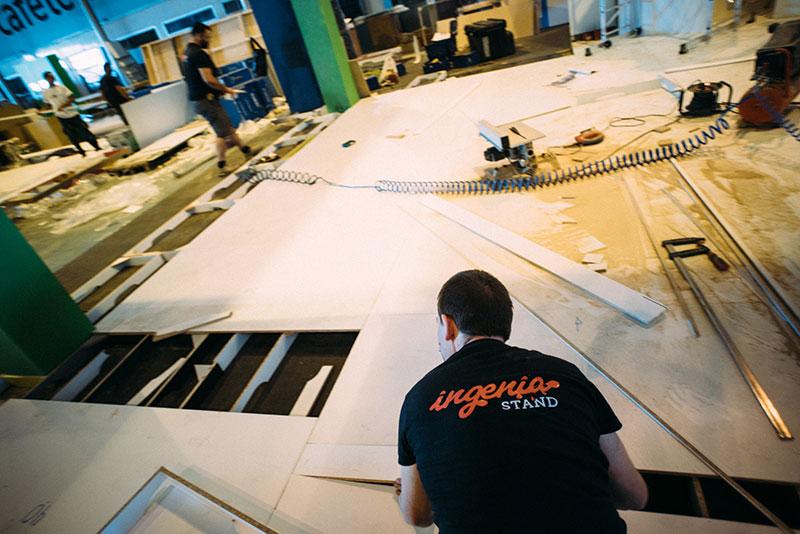 El equipo de Ingenia Stand trabajando en un montaje